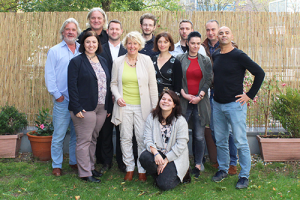 Goldener Oktober: Gruppenfoto job-konzept auf der Terrasse